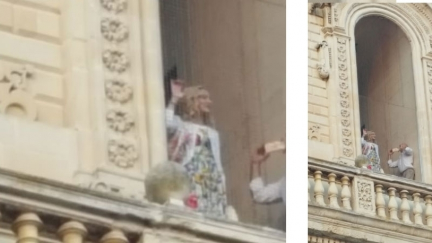 """Madonna """"appare"""" a Lecce: bagno di folla in Piazza Duomo con affaccio dal campanile"""