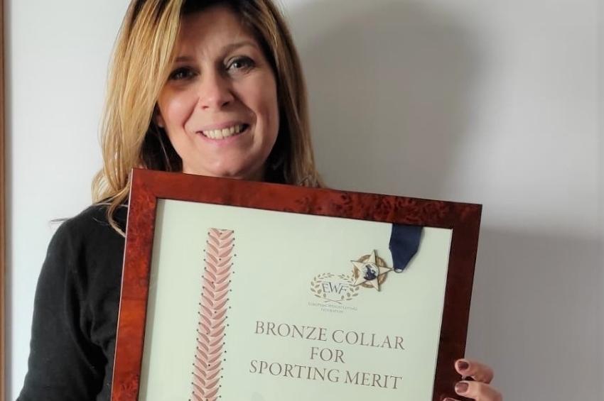 Collare di Bronzo a Clementina Veneziano, prima donna a praticare il sollevamento pesi in Italia