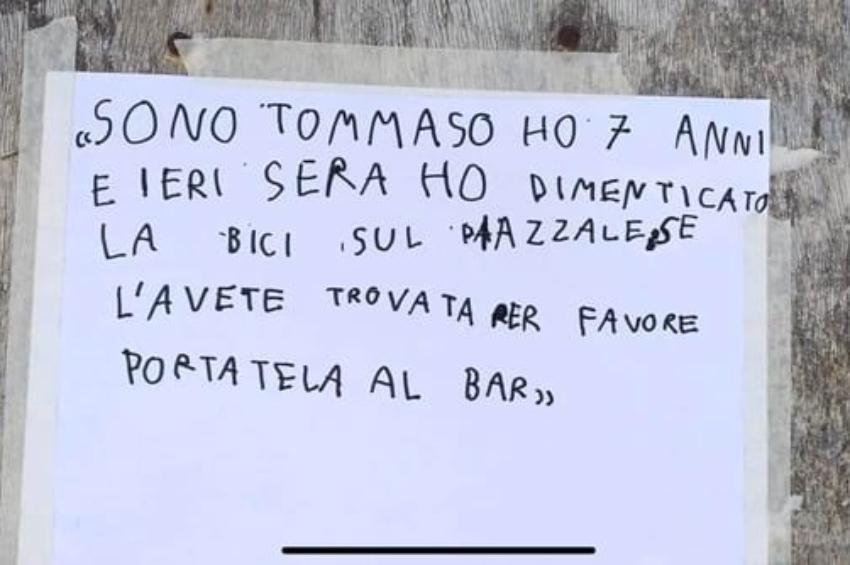 Perde la sua bicicletta, ma la Polizia gliene regala una nuona: storie di estrema generosità